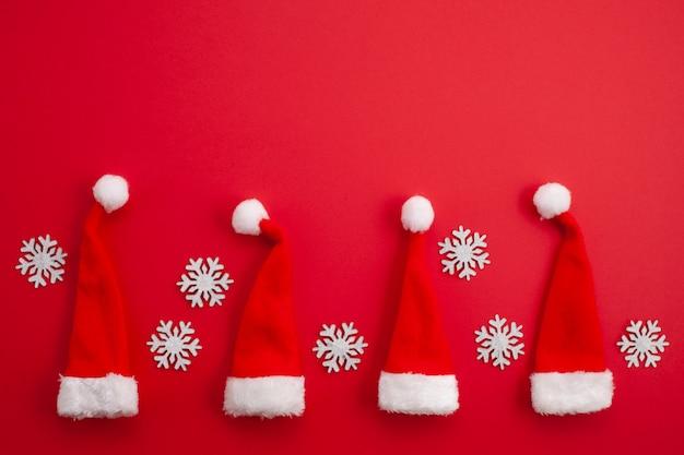 赤いサンタの帽子とクリスマスの装飾 Premium写真
