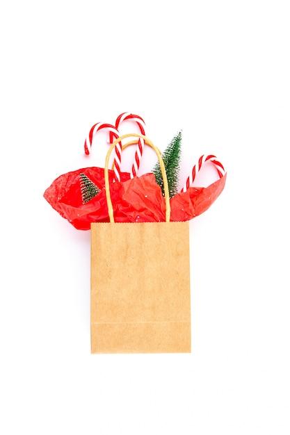 クリスマスプレゼント、クリスマスツリー、装飾の紙袋 Premium写真