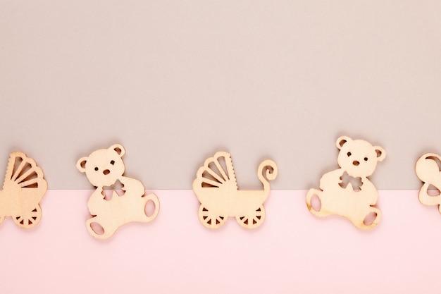 Минимально пастельный декоративный фон с небольшими деревянными фигурами для новорожденного дня рождения Premium Фотографии