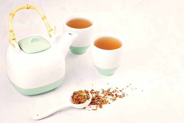 Полезный травяной чай. антиоксидант, детокс, освежающий Premium Фотографии