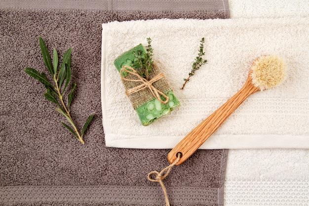 手作りの天然石鹸とドライシャンプー、環境に優しいスパ、美容スキンケアコンセプト。 Premium写真
