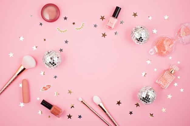 ピンクの背景にグラマーガールズアクセサリーとフラットを置く Premium写真