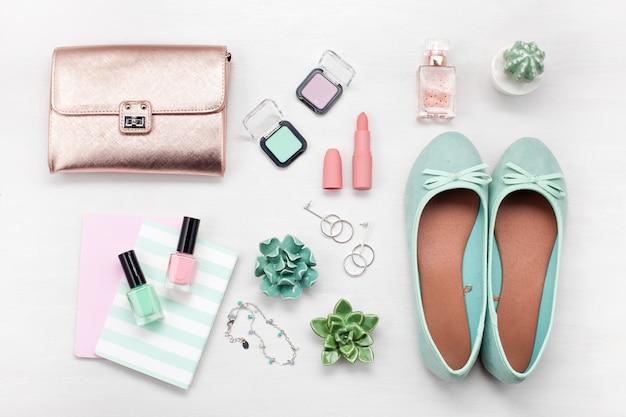 夏のストリートスタイル。ファッション夏の女の子服セット、アクセサリー。 Premium写真