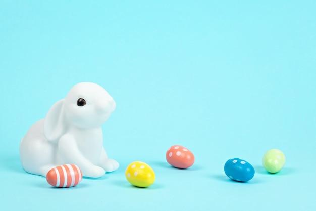 パステルカラーの背景上のイースターのウサギ Premium写真