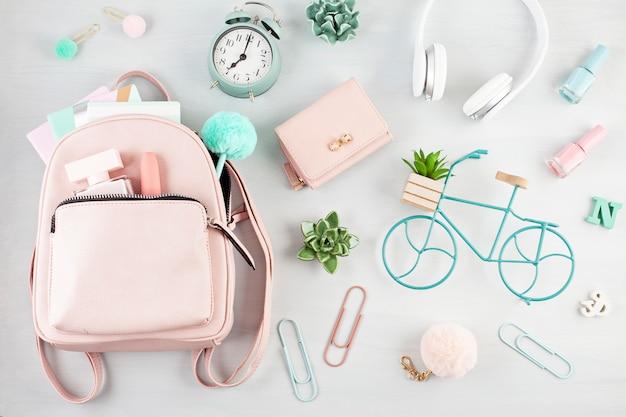 ピンクのパステルトーンの女の子春夏アクセサリーとフラットを置きます。 Premium写真