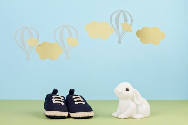 青い背景上の小さなかわいい男の子の靴 Premium写真