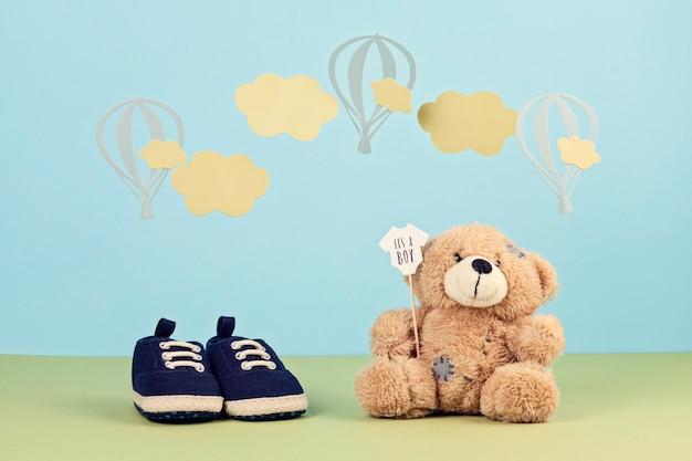 Маленькие милые ботинки мальчика на синем фоне Premium Фотографии