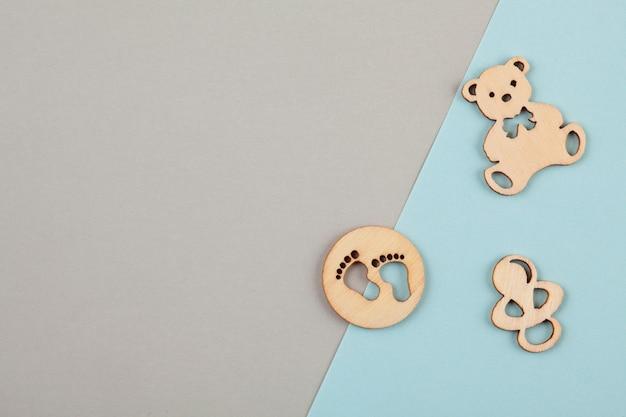 生まれたばかりの誕生日のための小さな木製の数字と最小限のパステル調の装飾的な背景 Premium写真