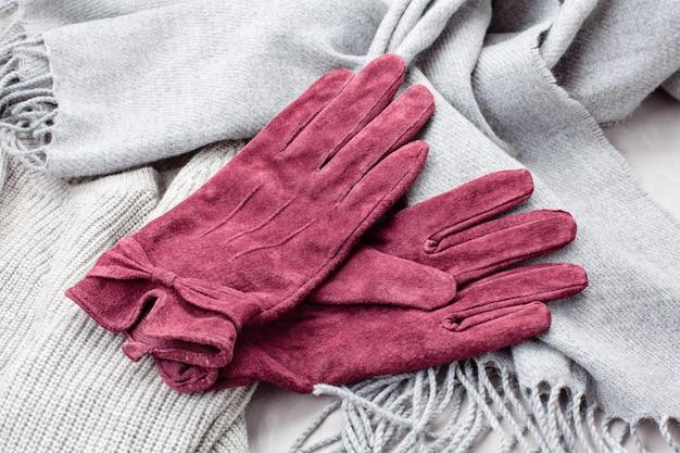 寒い天候のための快適な暖かい服装でフラットを置きます。 Premium写真