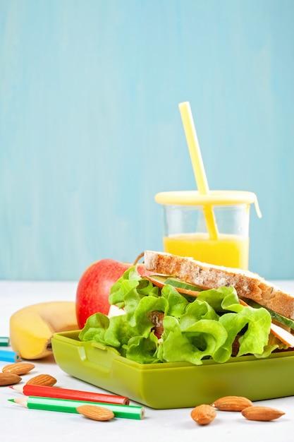 健康的で新鮮なサンドイッチ、アップル、オレンジジュース Premium写真