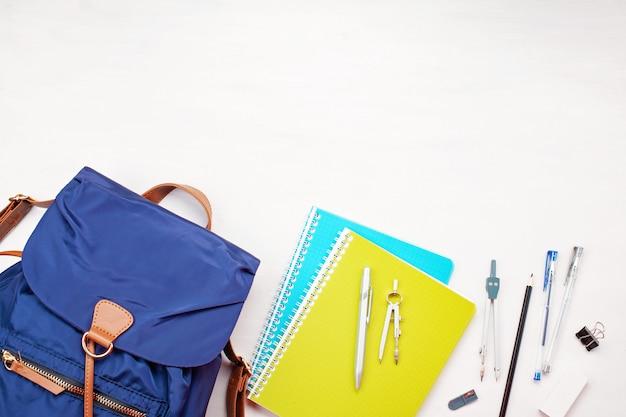 学生のバックパックと様々な学用品。勉強、教育、そして学校に戻るコンセプト Premium写真