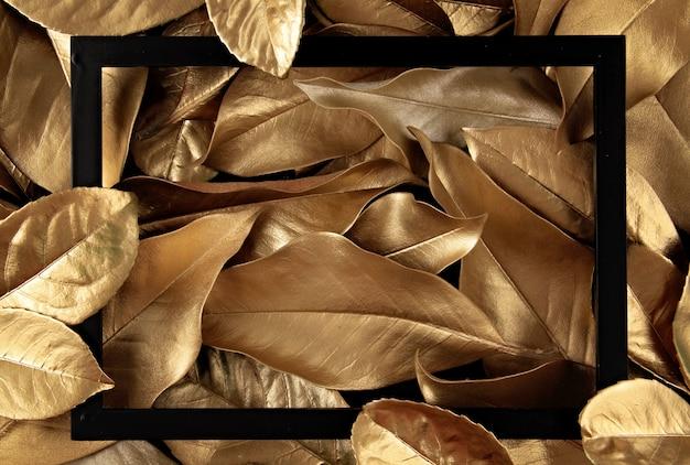 黄金の葉の背景の上のフレームの枠線 Premium写真