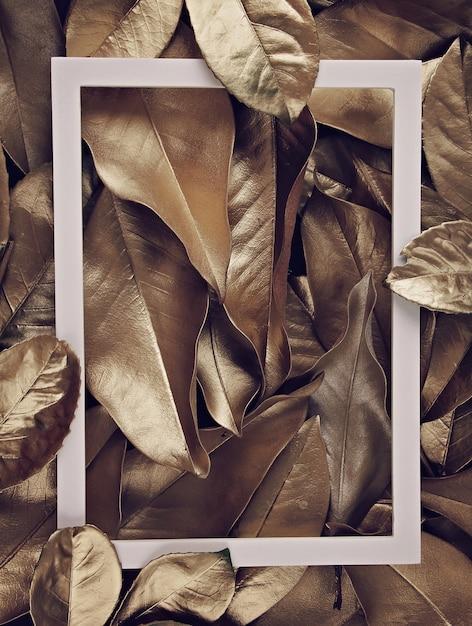 Рамка рамки на фоне золотых листьев Premium Фотографии