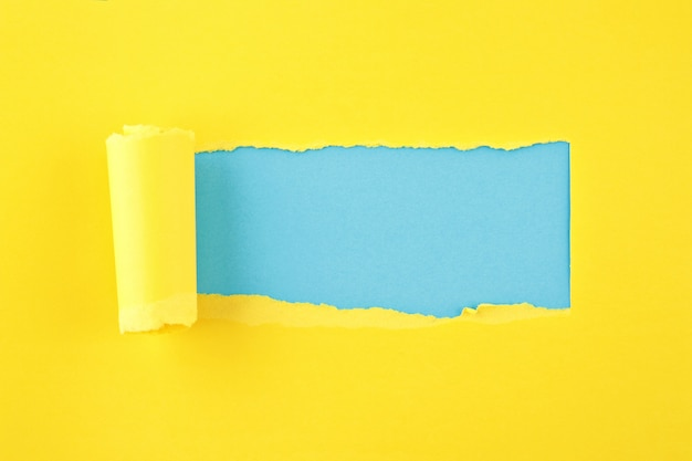 引き裂かれた色紙、紙の背景のシートの穴 Premium写真