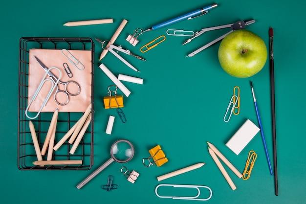 授業開始のための学用品。コピースペースを持つ学校概念に戻る。上面図 Premium写真