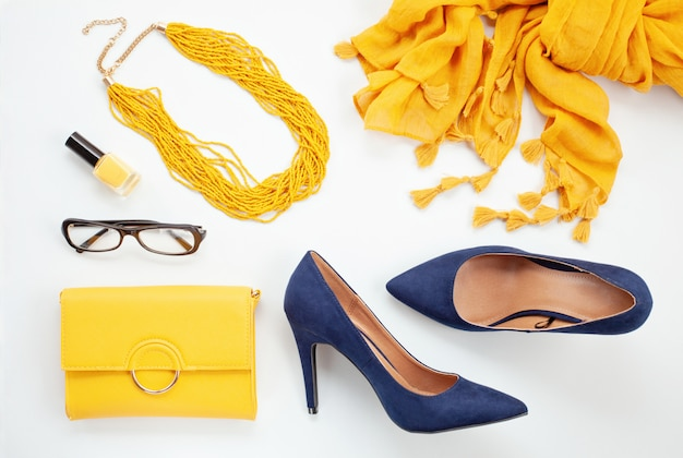 女の子と女性のための鮮やかな黄色のアクセサリーと青い靴。都市のファッション、美容ブログのコンセプト Premium写真
