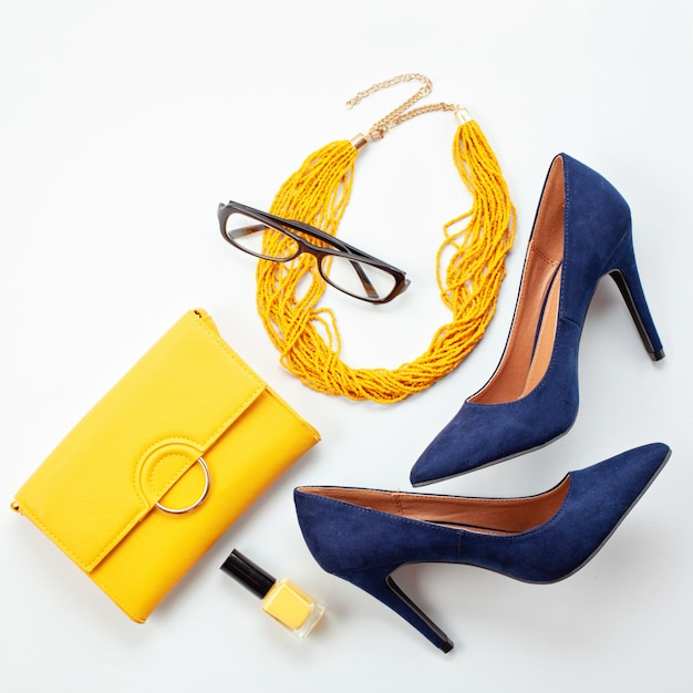 Ярко-желтые аксессуары и синие туфли для девушек и женщин. городская мода, концепция блога красоты Premium Фотографии