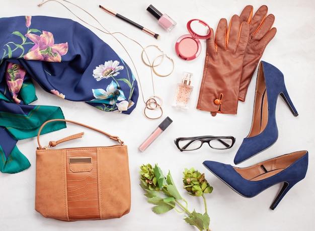 女の子と女性のためのファッションアクセサリーとブルーハイヒールの靴。都市のファッショントレンド Premium写真