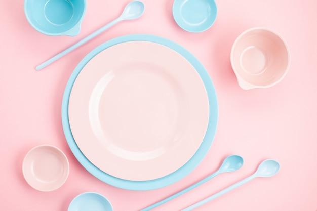 パステルピンクとブルーのプレートとボウルに千年ピンクのモックアップ Premium写真
