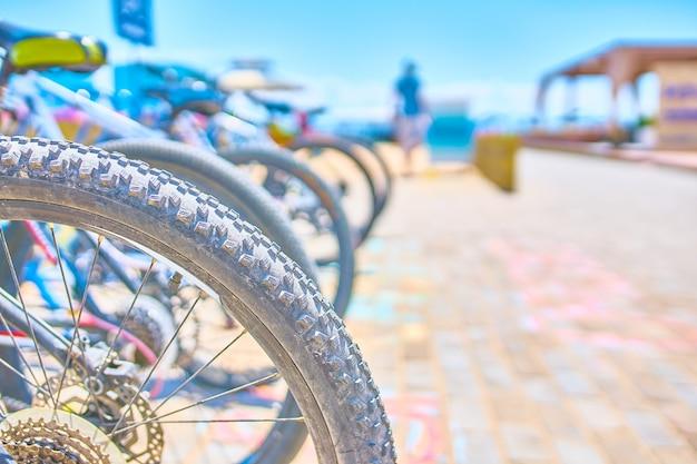 海辺に自転車がある自転車用の駐車スペース Premium写真