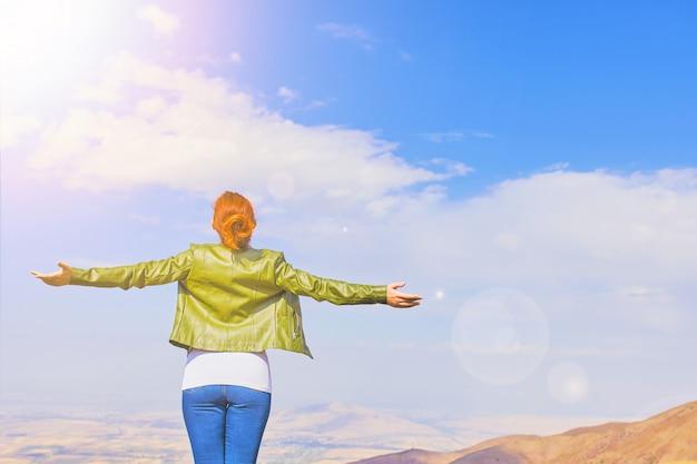 屋外自然を楽しんでいる美しさの女性。 Premium写真