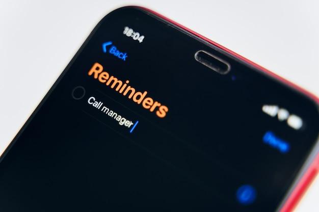 Новое приложение для напоминаний. на экране телефона открыто напоминание о мелочах. Premium Фотографии