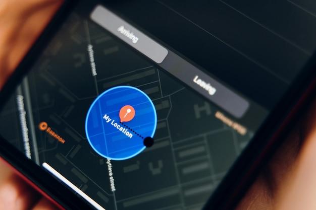 Новое приложение для напоминаний. на экране телефона открывается напоминание с указанием местоположения. Premium Фотографии