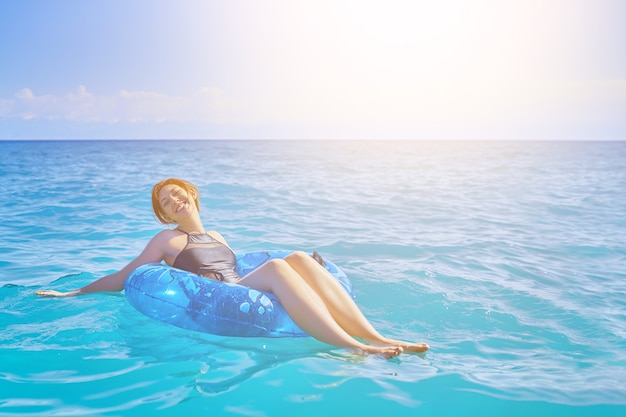 Женщина расслабиться на надувном кольце Premium Фотографии