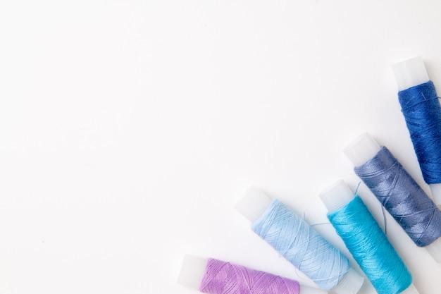 白地にマルチカラーのスレッドコイル。裁縫用のミシン用品とアクセサリー Premium写真