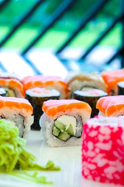 Суши-ролл японская еда в ресторане. вертикальное фото Premium Фотографии