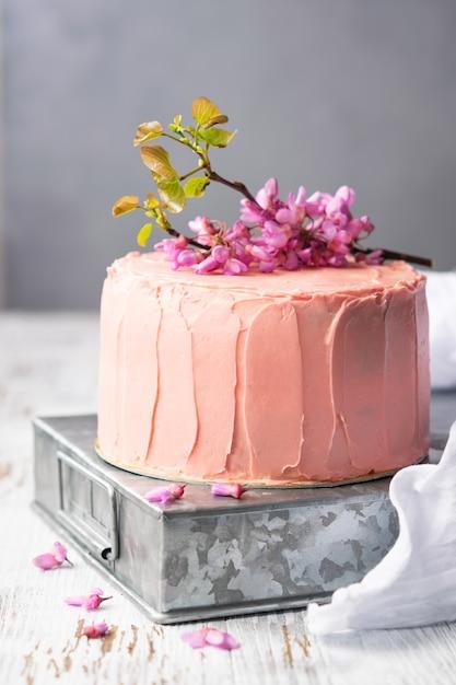 Романтический розовый торт, украшенный цветами, деревенский стиль для свадеб, дней рождений и событий, день матери Premium Фотографии