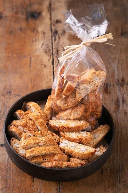 伝統的なペストリー、イタリアの自家製ビスコッティクッキーまたはカントゥチーニ、素朴なアーモンドナッツ Premium写真