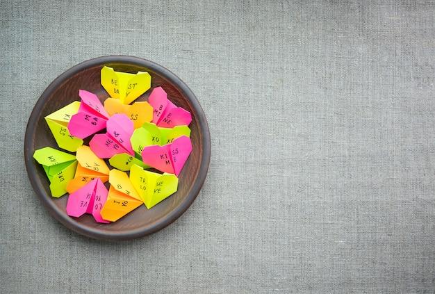 テキストで複数の紙の折り紙のハート愛 Premium写真