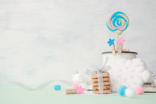 明るいパンチ色のクリスマスの冬のインテリアでお祝いのクリスマススタックの贈り物 Premium写真