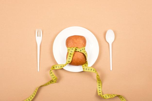 ダイエット、減量、健康的な食事、フィットネスの概念を量ります。 Premium写真