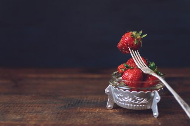 金属板で新鮮なイチゴ Premium写真