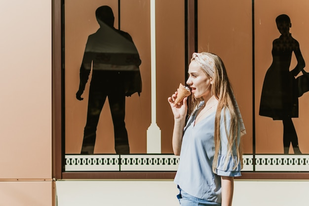 トレンディな女の子のアウトドアファッションライフスタイルの肖像画 Premium写真