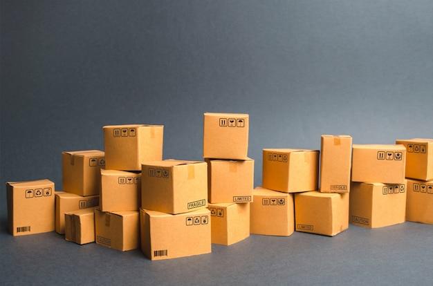 多くの段ボール箱。製品、商品、倉庫、在庫。商業と小売電子商取引 Premium写真