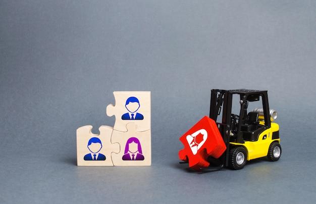 フォークリフトトラックはビジネスチームの未完成のアセンブリに赤いパズルを運びます Premium写真