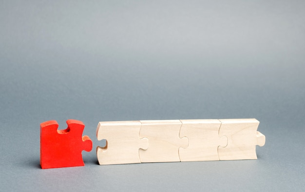 赤いパズルは他のものから切り離されています。 Premium写真