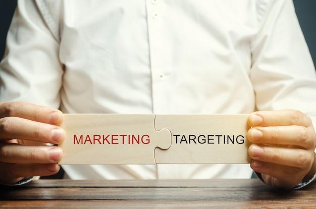 ビジネスマンがパズルを集めるマーケティング - ターゲティング Premium写真