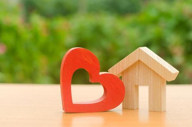 赤い木の心の家 Premium写真