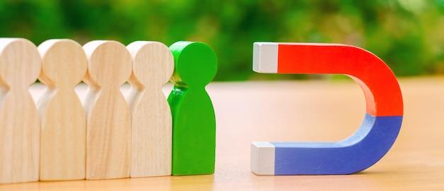 木製の人物像と磁石。 Premium写真