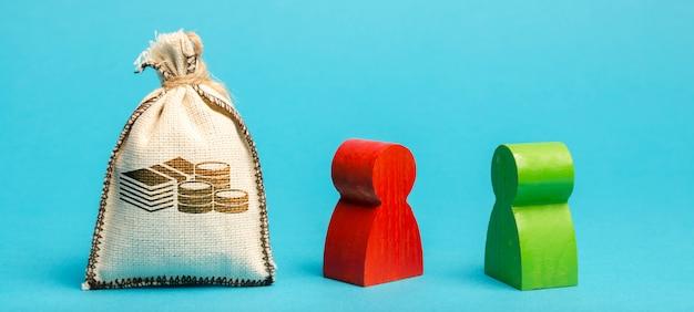 Денежный мешок и два бизнесмена Premium Фотографии