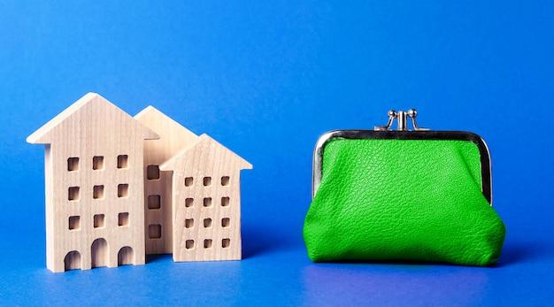 大きな緑の財布の近くの住宅の図。維持費 Premium写真