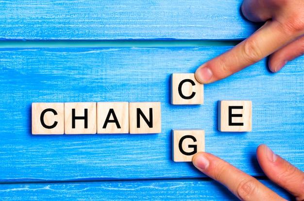 言葉の変化を伴う木製の立方体。モチベーションコンセプト Premium写真