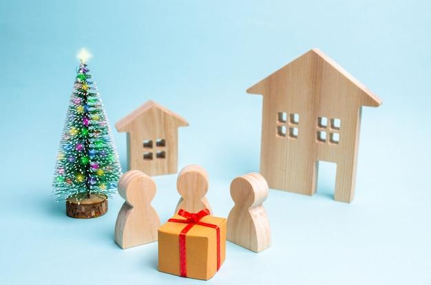 人々はその贈り物の周りに集まり、それを開く準備ができています。ギフトの販売売り切れ驚き Premium写真