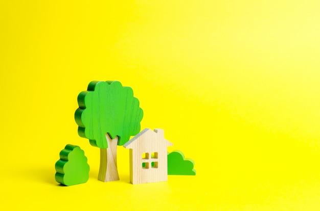 茂みや木々に囲まれた広い家 Premium写真