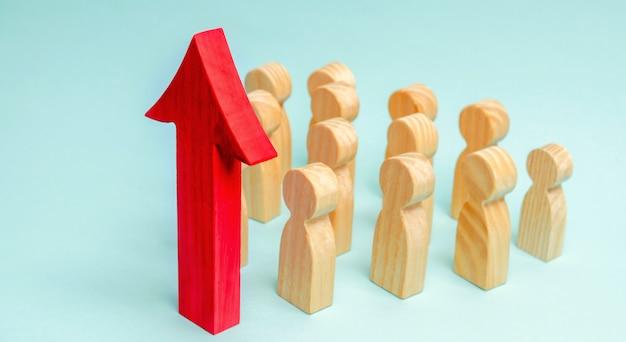 ビジネスチームと従業員の前に赤い上矢印。スタートアップの概念成功したビジネス Premium写真