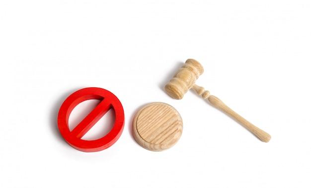 裁判官の小槌と赤いシンボル Premium写真
